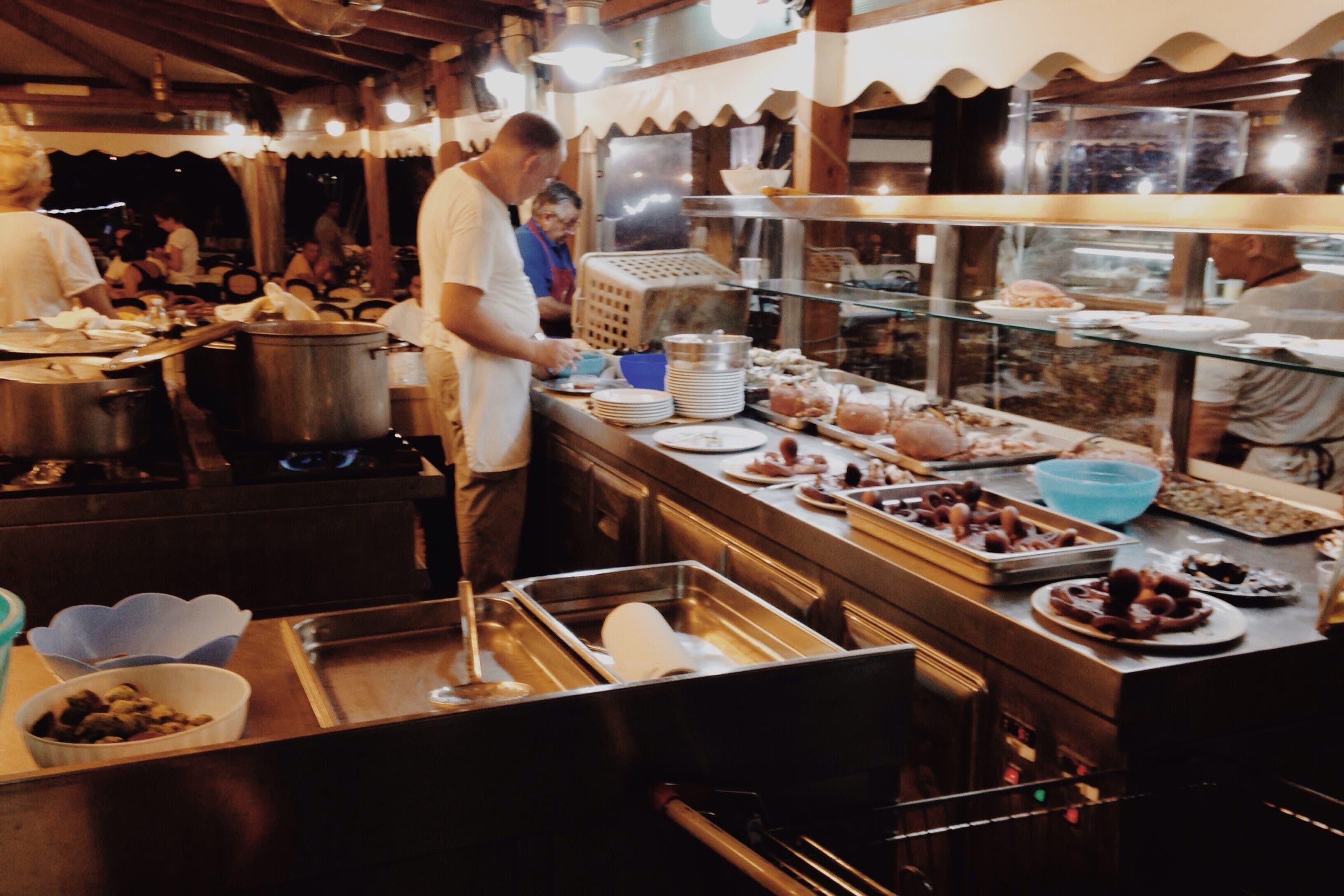 Open kitchen at a restaurant in Sferacavallo. (Yorva Tsiakara)