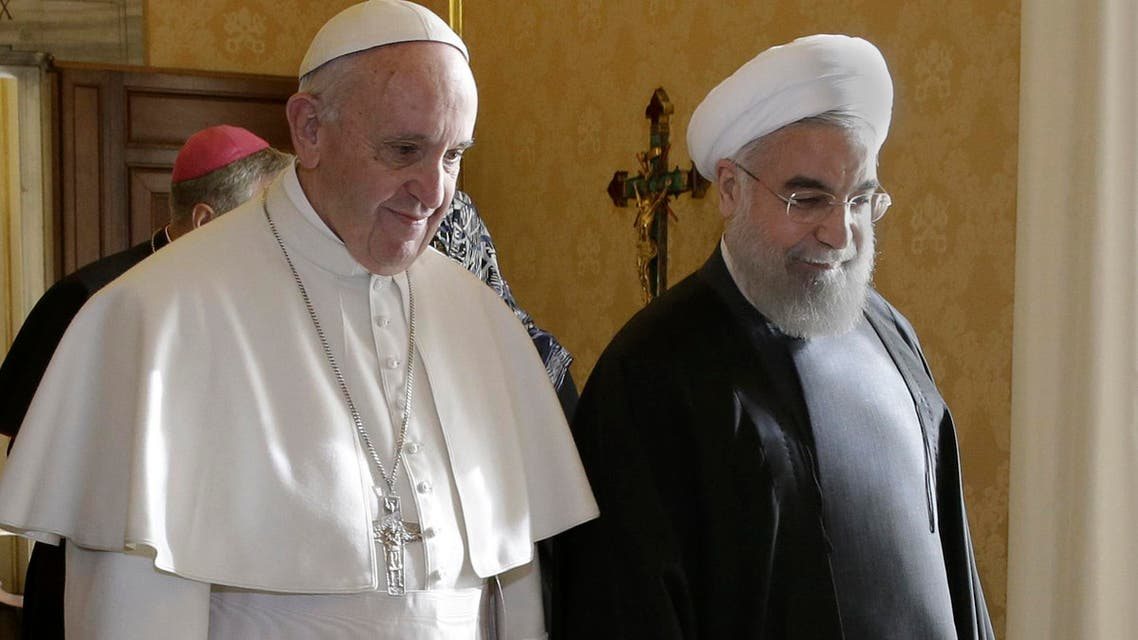 Iran's President Hassan Rouhani (R) walks with Pope Francis at the Vatican January 26, 2016.  (Reuters)