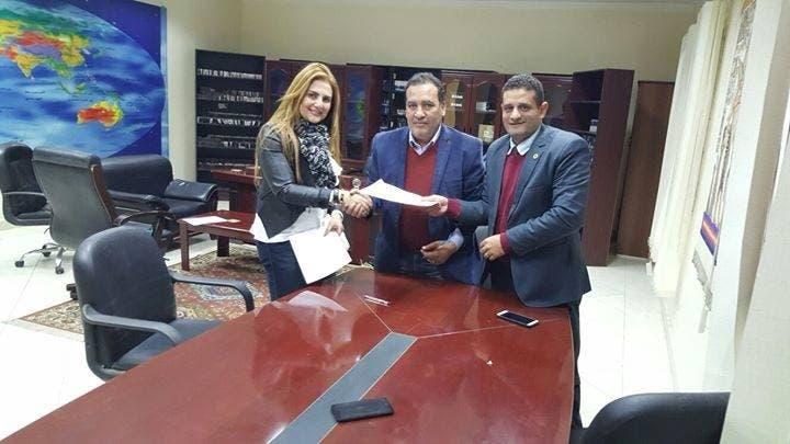 رانيا ياسين خلال التوقيع مع الفضائية الجديدة
