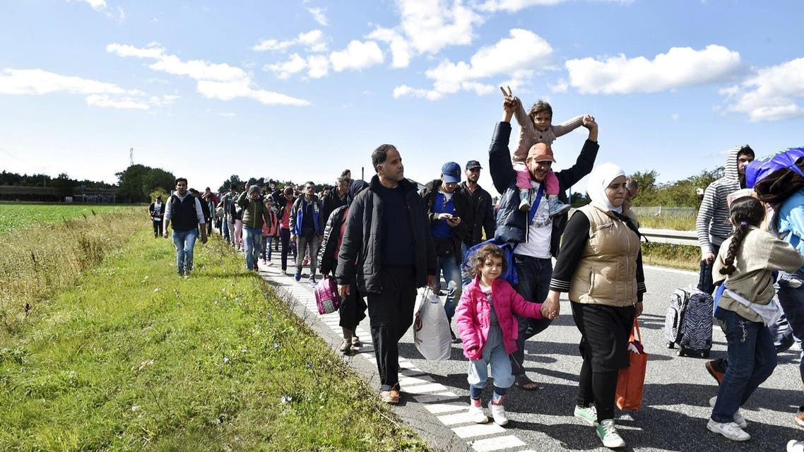 A large group of migrants, mainly from Syria, walk towards the north on a highway in Denmark on their way to Sweden. (File photo: AP)