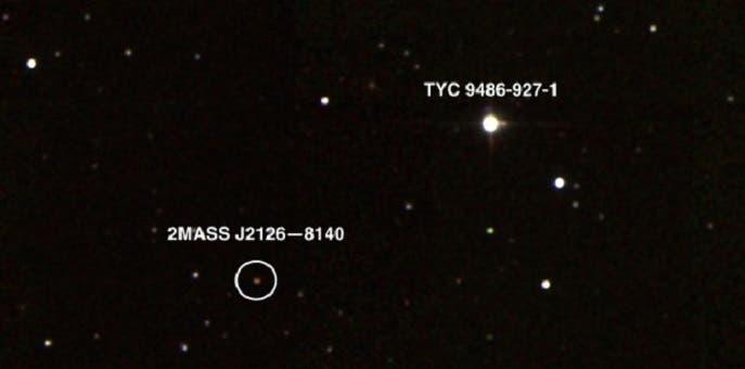 الكوكب بعيد عن نجمه تريليون كيلومتر تقريبا، أبعد 6900 مرة من بعد الأرض عن الشمس