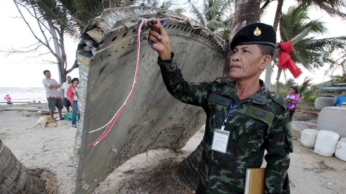 Thai army soldier inspects a piece of suspected plane wreckage which has been found off the coast of southern Thailand in Nakhon Si Thammarat province, in this January 24, 2016. (File photo: Reuters)