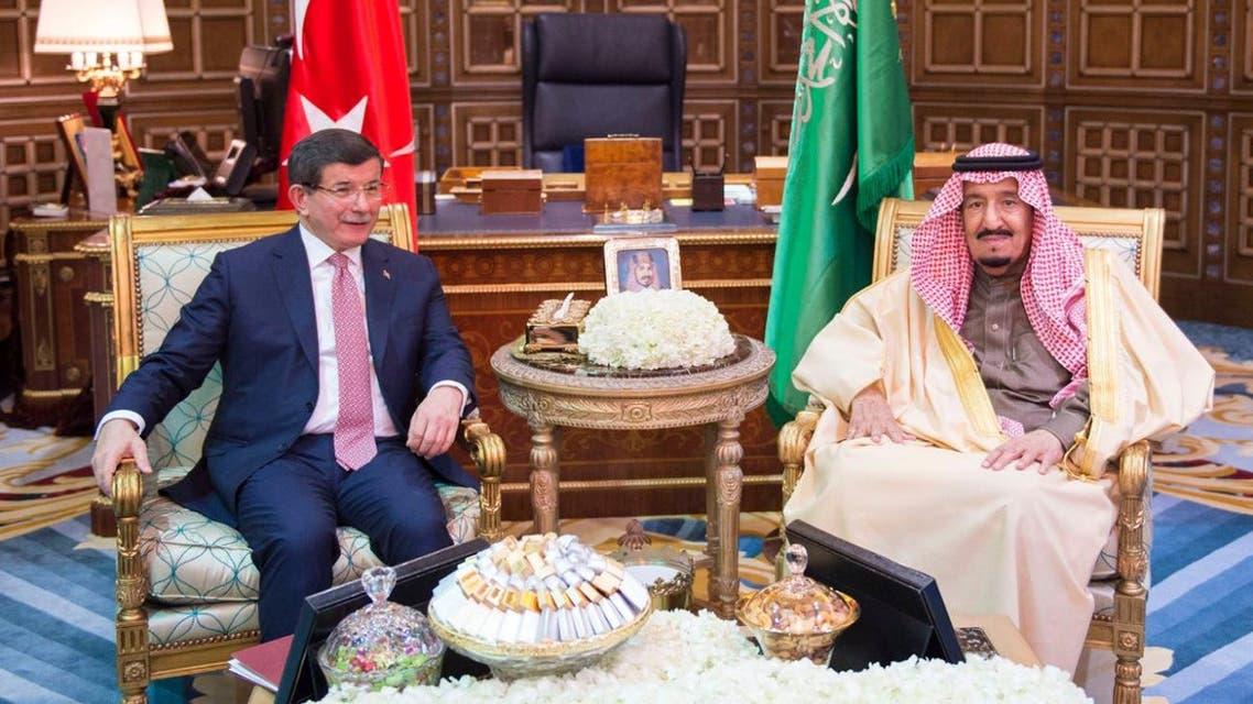 الملك سلمان مع رئيس وزراء تركيا داود اوغلو