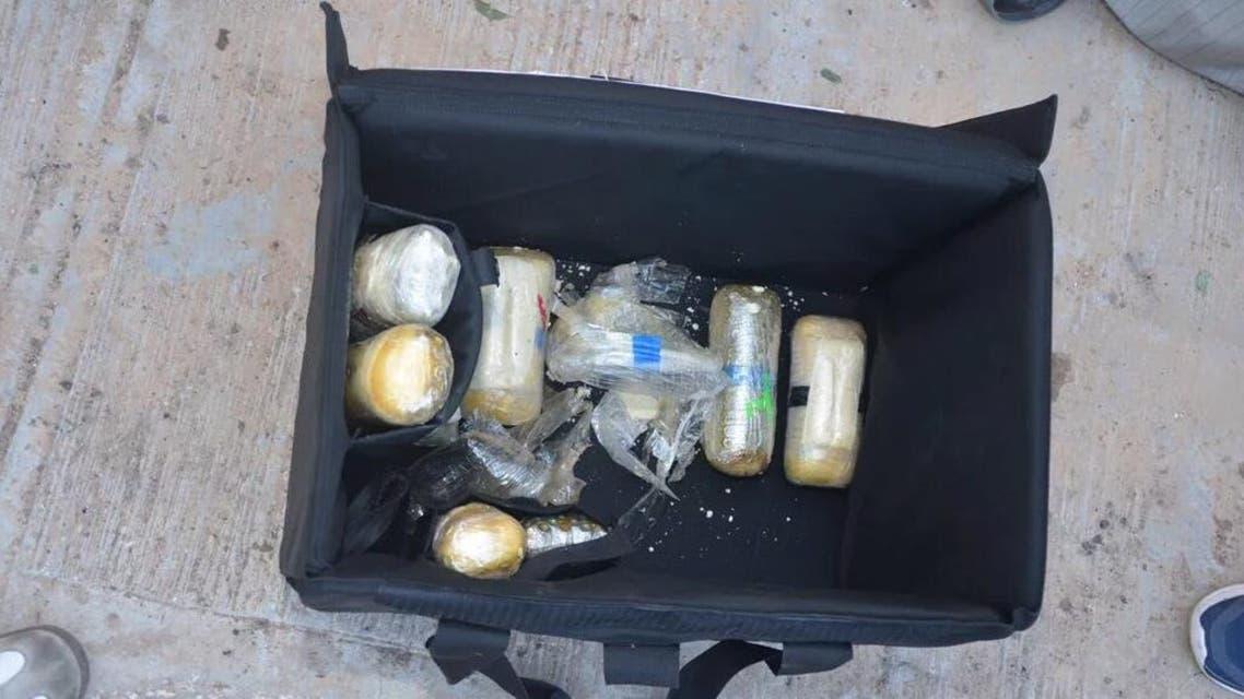 صور للمضبوطات التي تم العثور عليها بحوزة إرهابي الأحساء