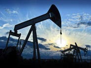 النفط يعود للهبوط وسط تخمة المعروض