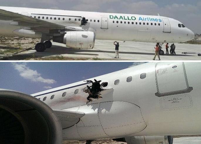 الطائرة بعد هبوطها الاضطراري في مطار مقديشو والفتحة في هيكلها