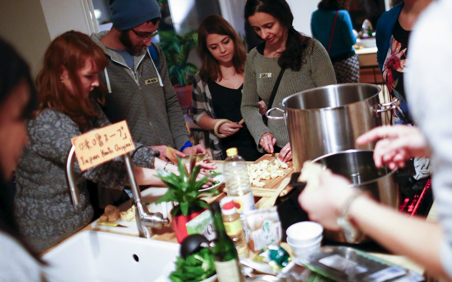 People attend a cooking workshop for Germans and migrants in Berlin. (Reuters)