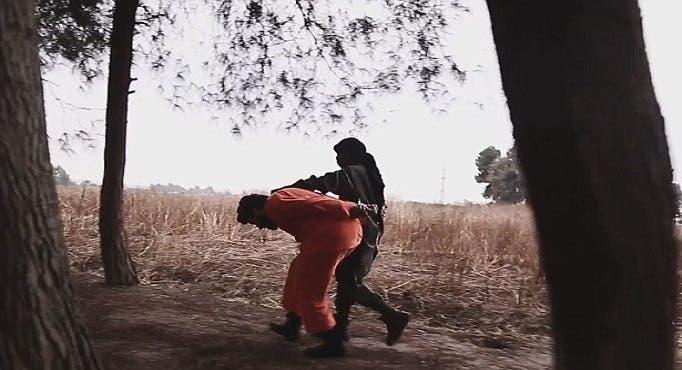 وأمسك برأسه من الخلف، ثم ساقه الى حيث ذبحه وقطع رأسه