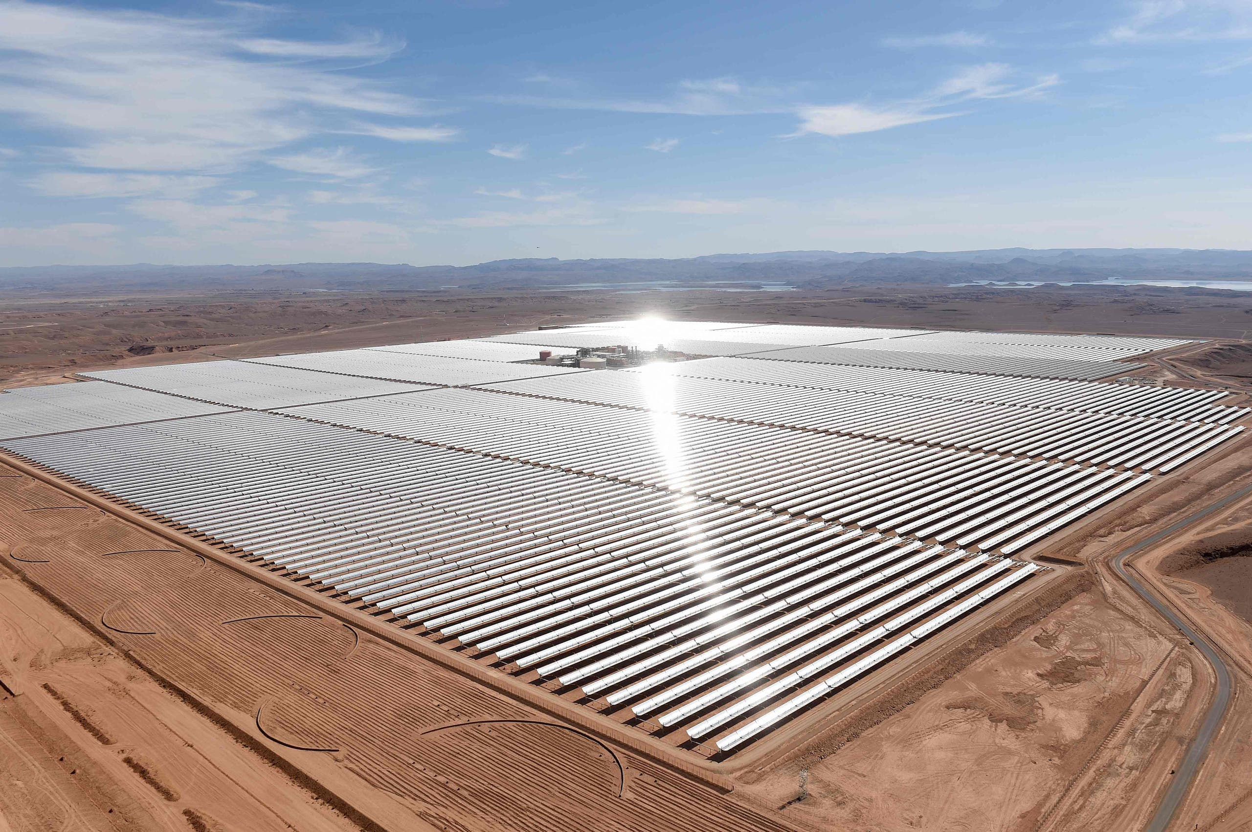 A picture taken on February 4, 2016 shows an aerial view of the solar mirrors at the Noor 1 Concentrated Solar Power (CSP) plant, some 20km (12.5 miles) outside the central Moroccan town of Ouarzazate, ahead of its inauguration. / AFP / FADEL SENNA
