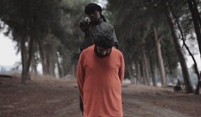 الطفل الداعشي يهدد ويتوعد، قبل أن يجهز بخنجره على طبشو