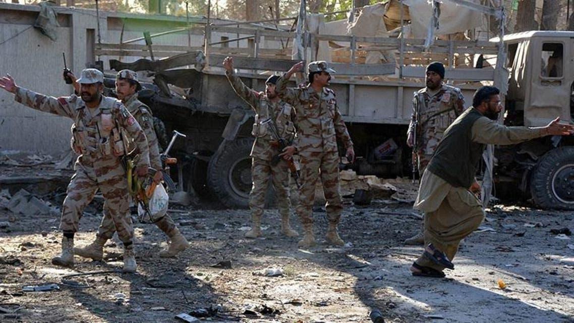 پاکستانی سیکیورٹی فورسز کوئٹہ میں دھماکے کی جگہ پر موجود ہیں۔ [اے ایف پی]