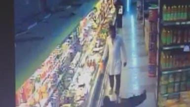 السعودية.. فيديو لمقيم يعتدي على امرأة داخل أحد الأسواق