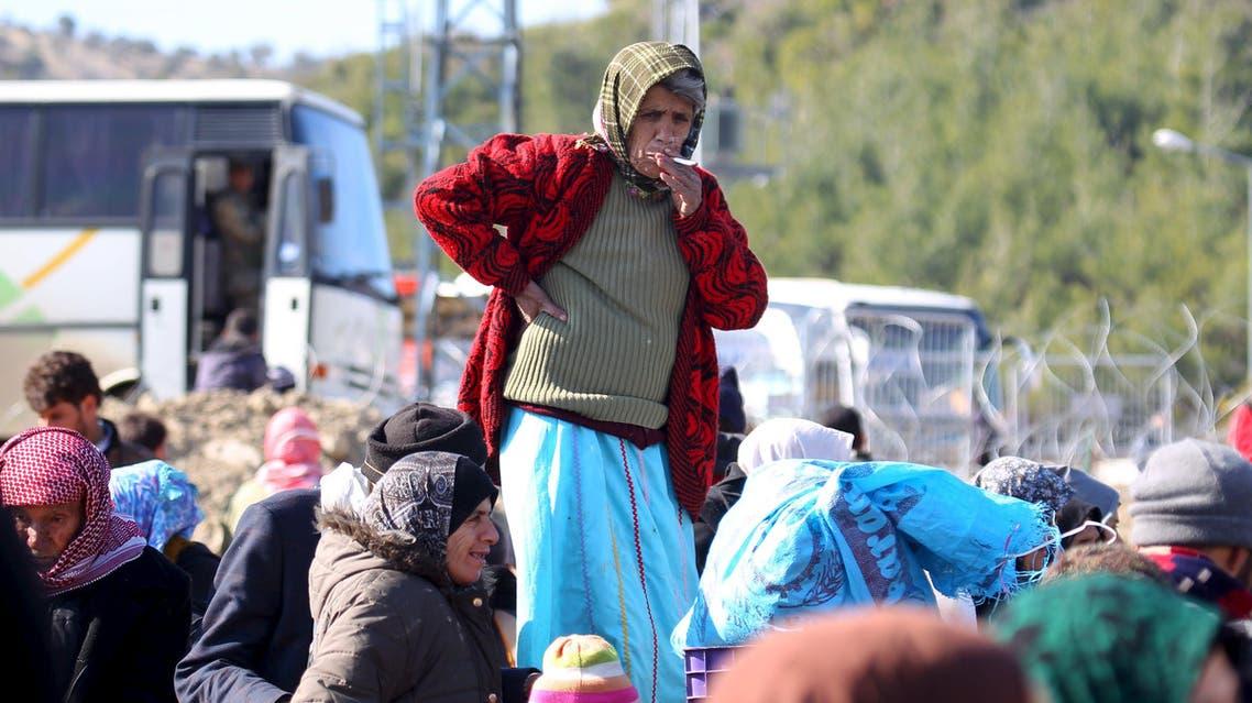 نازحون لاجئون سوريون ينتظرون دخول تركيا
