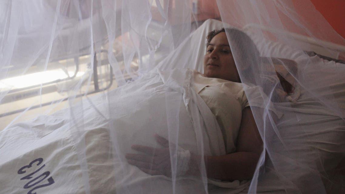 امرأة حامل تحتمي بشباك يحمي من البعوض في مستشفى في السلفادور حيث يفتك فيروس زيكا