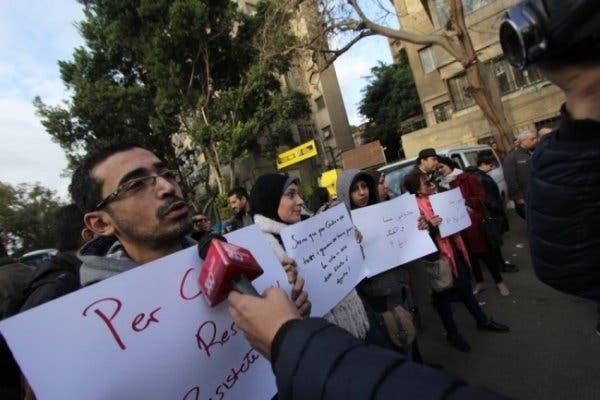 لافتات احتجاج تطالب بالتحقيق في الواقعة