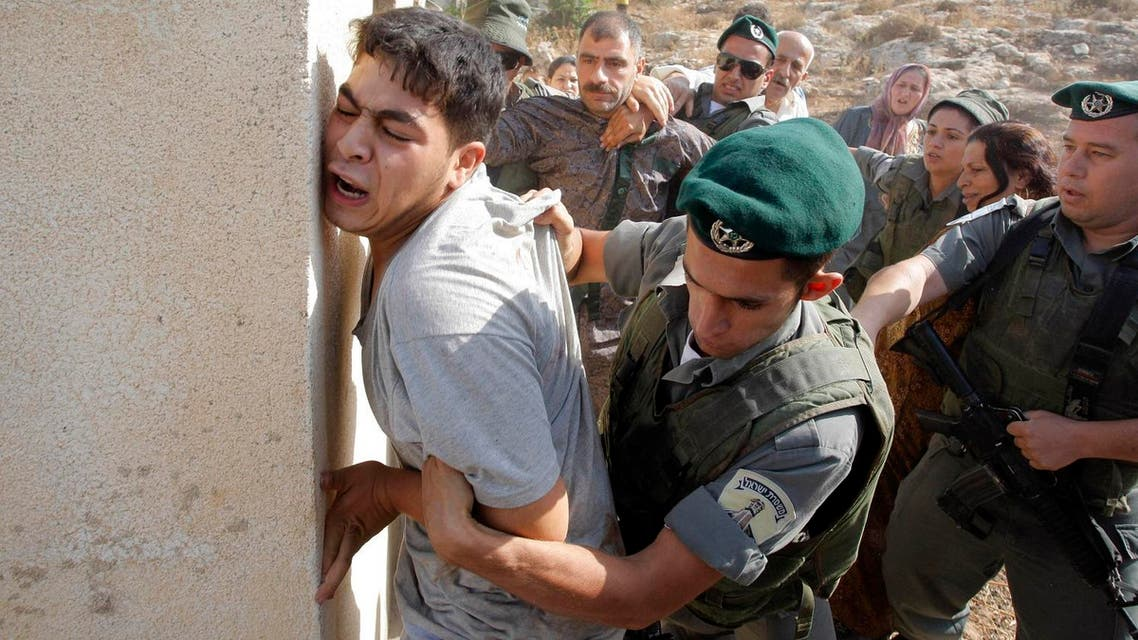 Israeli border policemen arrest Wadee Jabar a 16-year-old Palestinian during scuffles in the West Bank city of Hebron, Monday, Aug. 2, 2010. (File photo: AP)