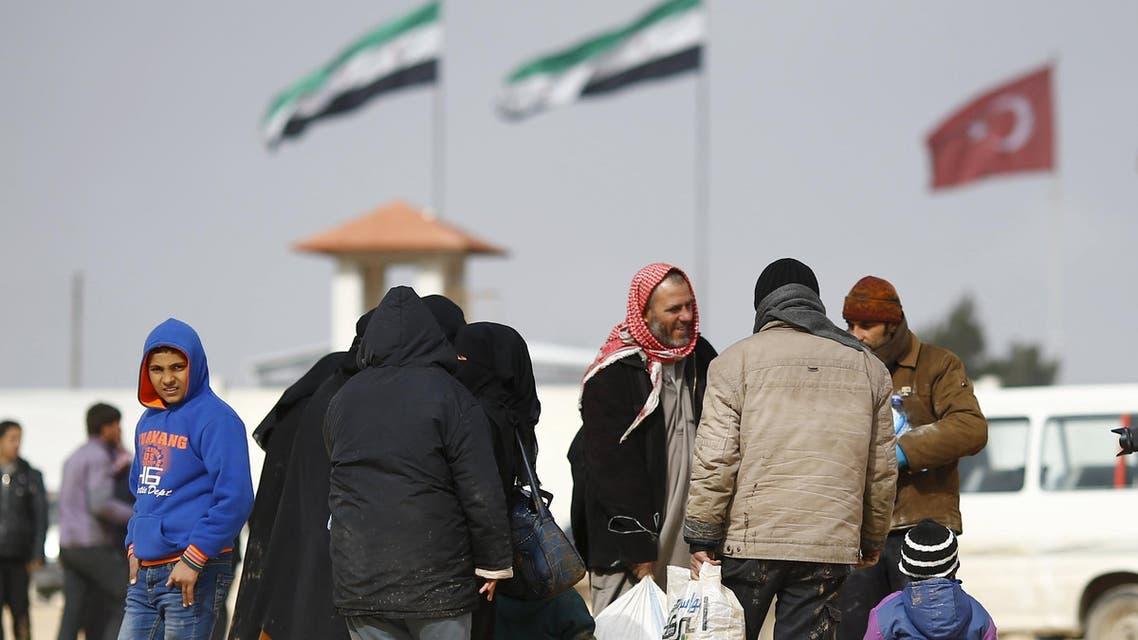 نازحون سوريون هربوا من القصف على حلب ولجؤوا لمشارف مدينة اعزاز الحدودية مع تركيا