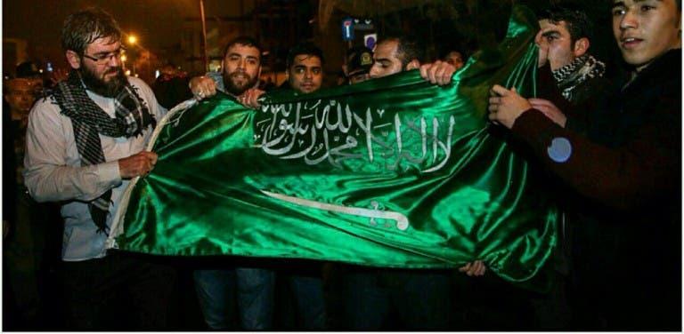 باسيج يعبثون بالعلم السعودي أثناء اقتحام السفارة