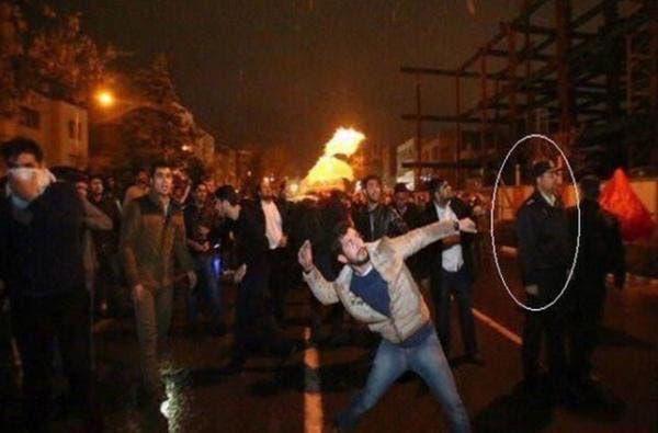 مشهد من الهجوم على السفارة واقتحامها
