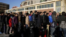 اليونان تبدأ في إبعاد اللاجئين عن حدود مقدونيا