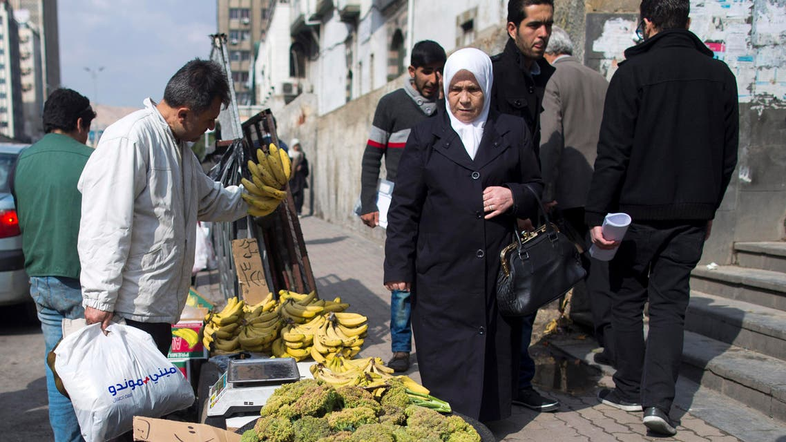 Syrians shop for fruit at a street market in Damascus, Syria, Tuesday, Feb. 23, 2016. (AP)
