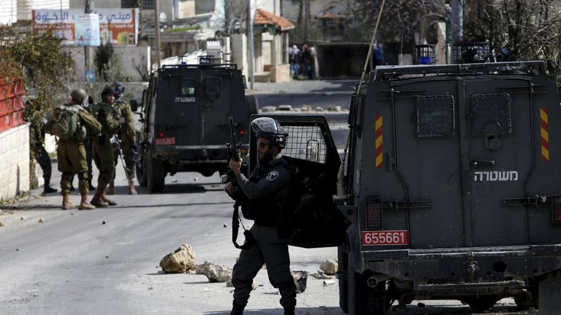 An Israeli border policeman takes position during clashes with Palestinians in Arroub refugee camp, north of the West Bank city of Hebron, February 11, 2016 (Reuters)