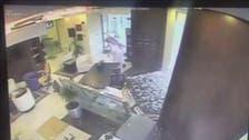 سعودی عرب: کار بنک میں جا گھسی، ملازم محفوظ