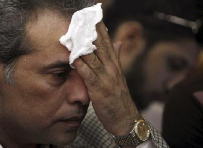 صورة من رويترز لعكاشة يضمد جرحاً في رأسه على ما يبدو من ضربة بالحذاء