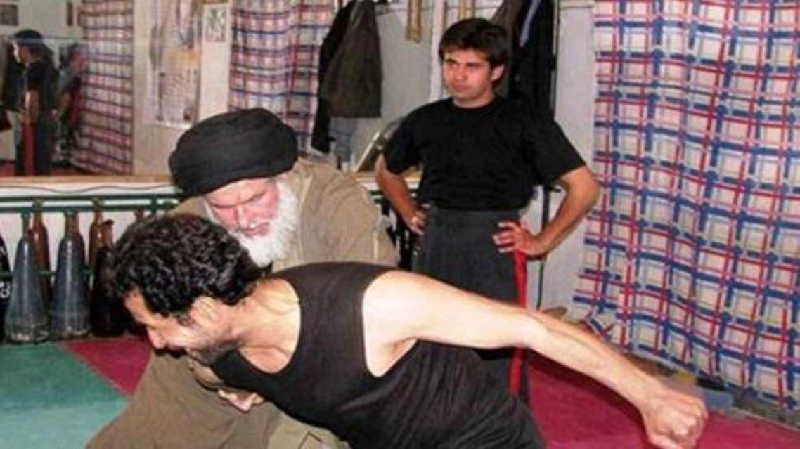 """بالصور.. فائز بمجلس خبراء إيران يلعب """"الكاراتيه"""""""