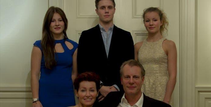 الشقيقتان مع الأخ والوالدين في صورة قبل 4 سنوات