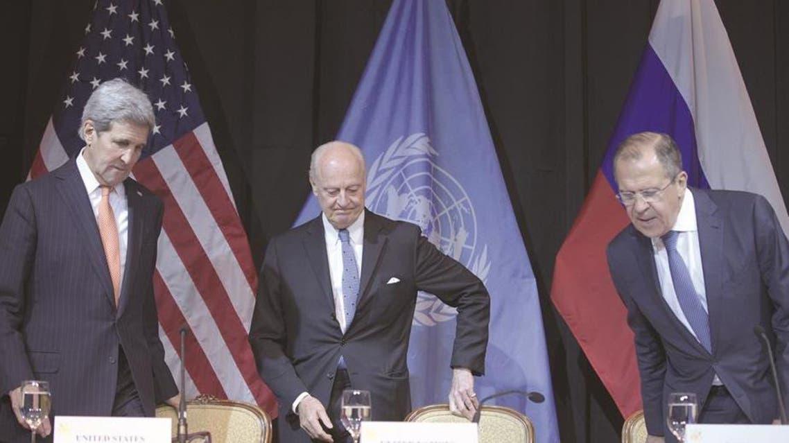 دي ميستورا يتوسط وزير الخارجية الروسي سيرغي لافروف ونظيره الاميركي جون كيري في فيينا