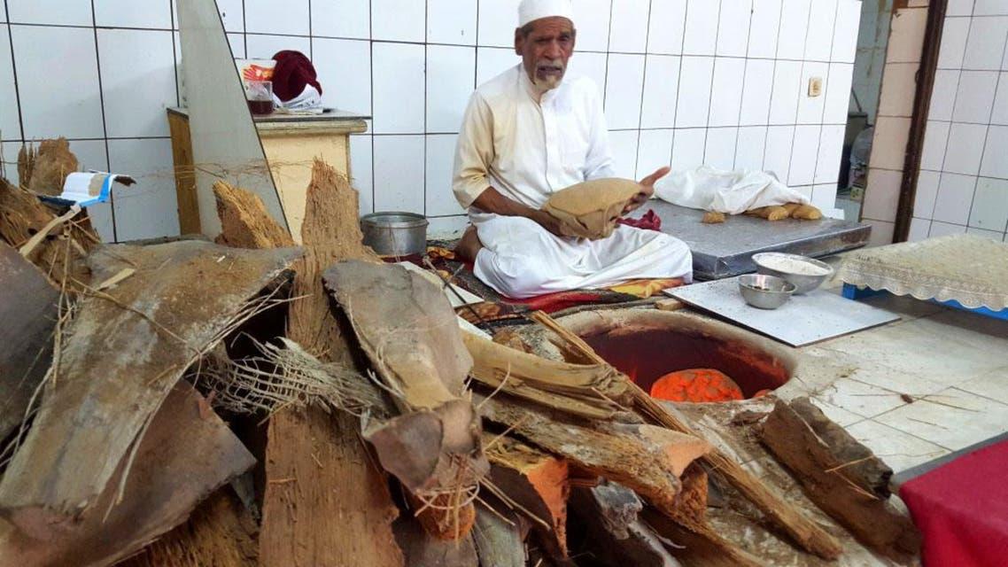 بالصور.. سعودي ينتج 400 خبزة حمراء يومياً بيده 4