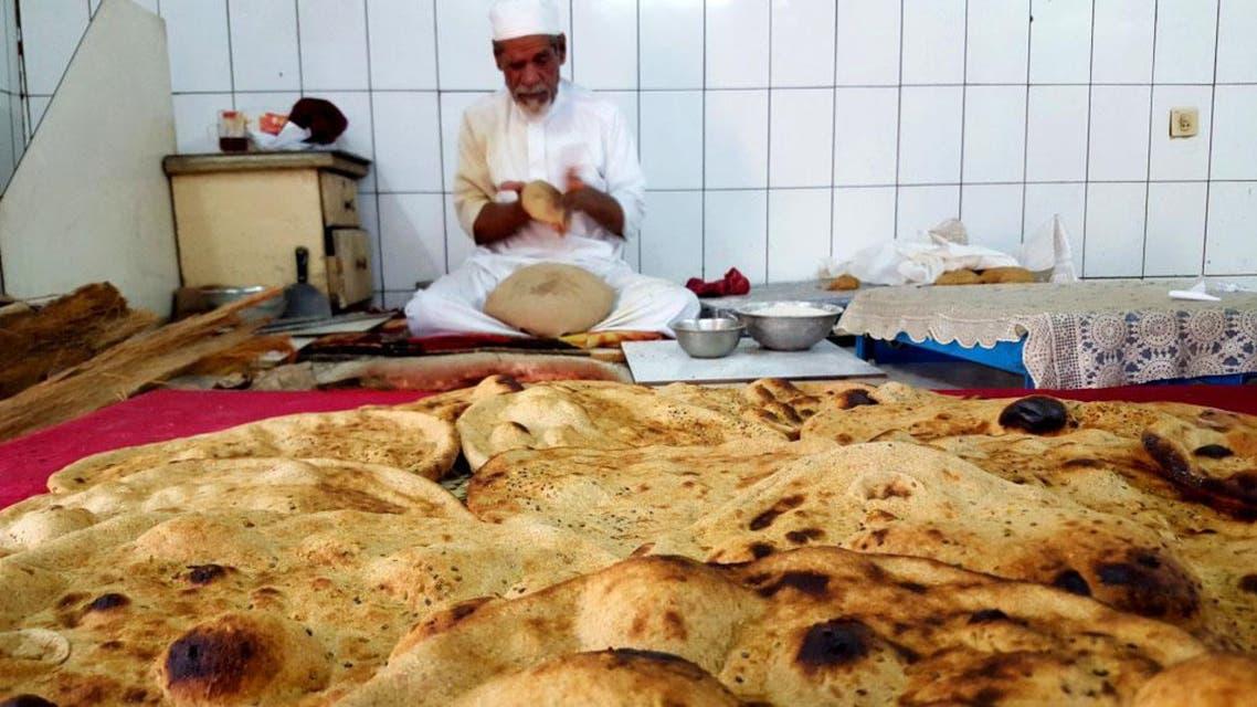 بالصور.. سعودي ينتج 400 خبزة حمراء يومياً بيده 1
