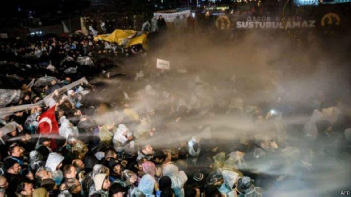 استعملت الشرطة التركية مدافع المياه والقنابل المسيلة للدموع لتفريق المحتجين على اغلاق الصحيفة