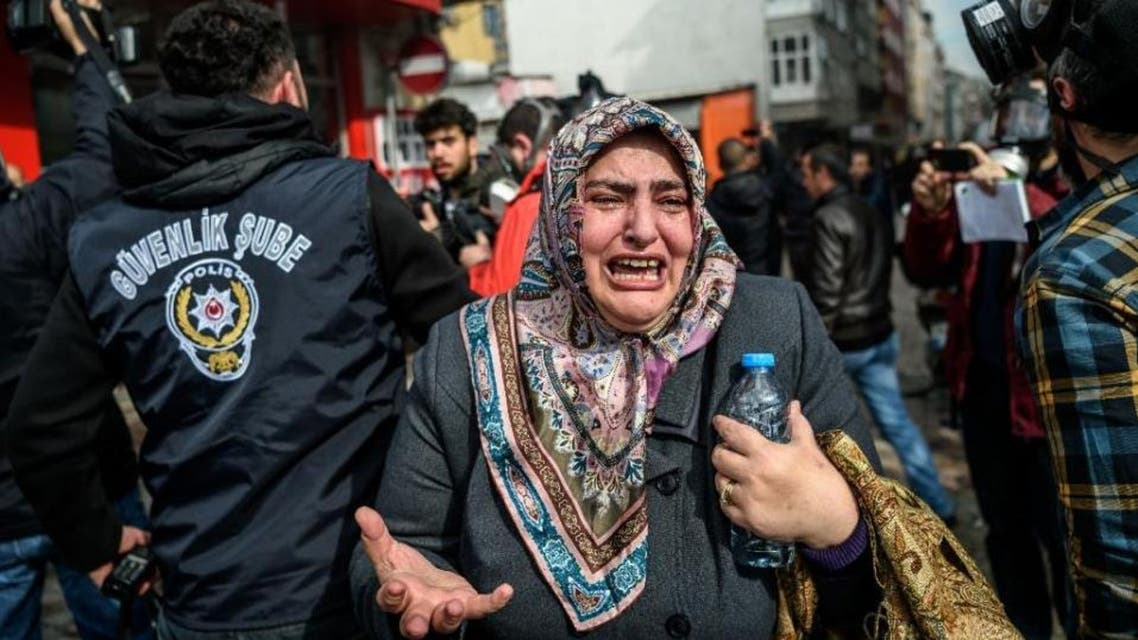 A woman cries as Turkish anti-riot police disperse supporters outside the headquarters of the Zaman newspaper in Istanbul on March 5, 2016 (AFP Photo/Ozan Kose)