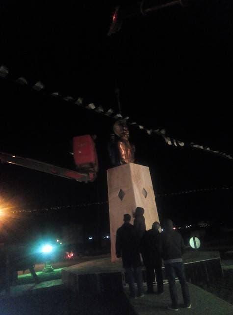 الجزائر.. تحطّم تمثال مُسيء للثورة أثناء نزعه