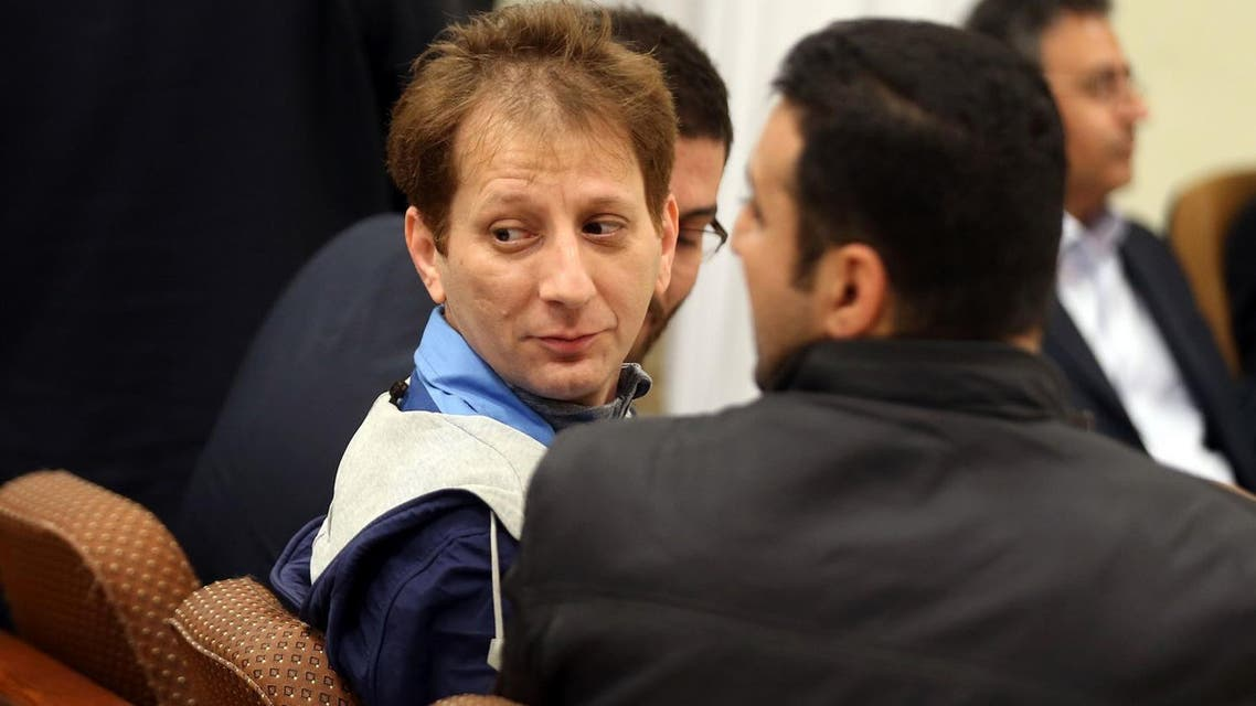 A picture made available on March 6, 2016 shows Iran's billionaire tycoon Babak Zanjani (C) in a court, in Tehran. The 41-year-old was convicted of fraud and economic crimes and as well as facing the death penalty he must repay money to the state, judiciary spokesman Gholam Hossein Mohseni-Ejeie said at his weekly press conference. / AFP / Tasnim News / MEGHDAD MADADI AND MEGHDAD MADADI
