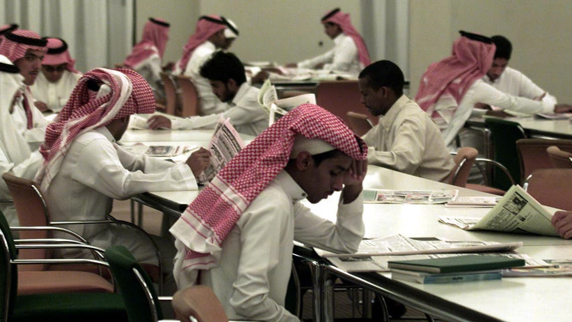 """Saudi Arabian students study in the Prince Salman Library at the King Saud University in Riyadh October 30, 2002. The government is stepping up efforts at """"Saudization"""" in a country where a third of the workforce is foreign and unemployment among Saudis is running anywhere between eight to 12 percent. (File photo: Reuters)"""