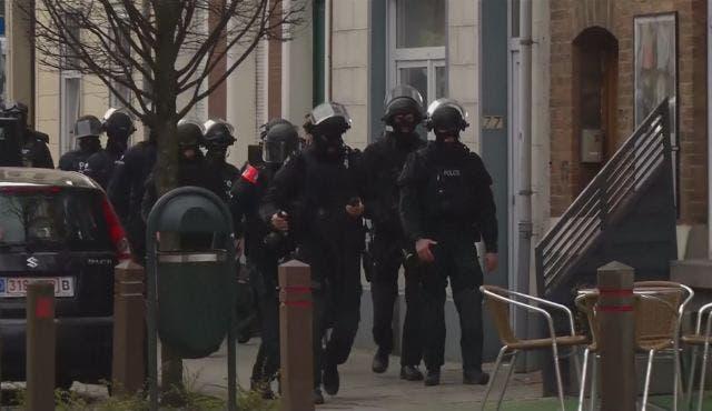 الشرطة تحاصر مطلوبين على صلة بهجمات باريس