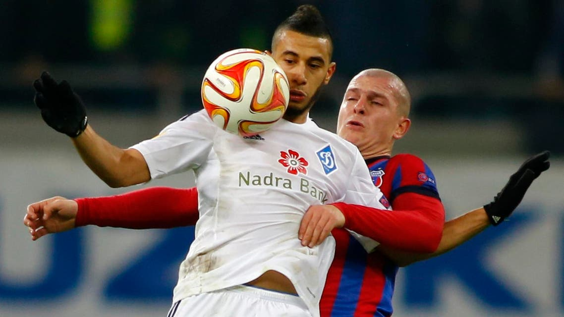 Dynamo Kiev's Younes Belhanda (L) fights for the ball with Steaua Bucuresti's Alexandru Bourceanu during their Europa League Group J soccer match at National Arena in Bucharest December 11, 2014. (Reuters)