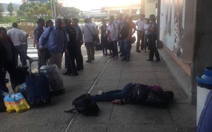 وتجمع الفضوليون حول جثة عبد الرحمن، من دون أن نرى في الصورة ولو شرطي واحد