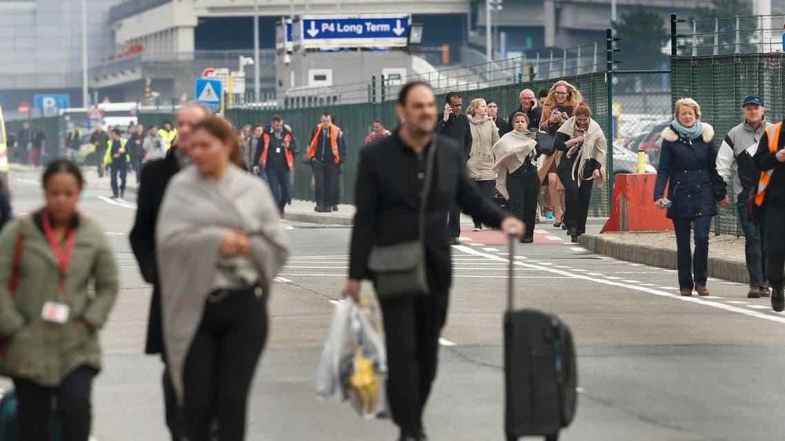 مسافرون يهربون من مطار بروكسل بلجيكا بعد الاهجمات