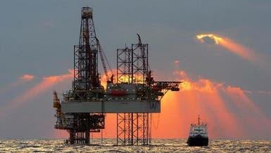 النفط يهبط بسبب الدولار ووفرة المعروض العالمي