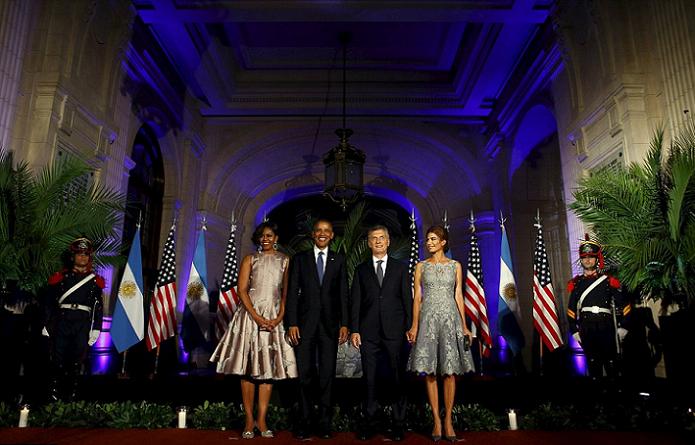 قبل العشاء، أوباما وزوجته والرئيس الأرجنتيني ماوريسيو ماكري وزوجته اللبنانية الأصل جوليانا عواضة