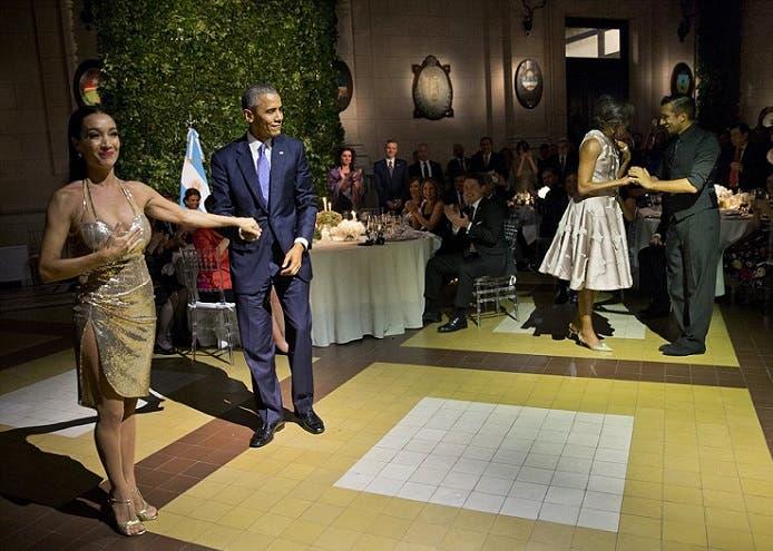 وابتسم أوباما عندما سلموه لراقصة محترفة