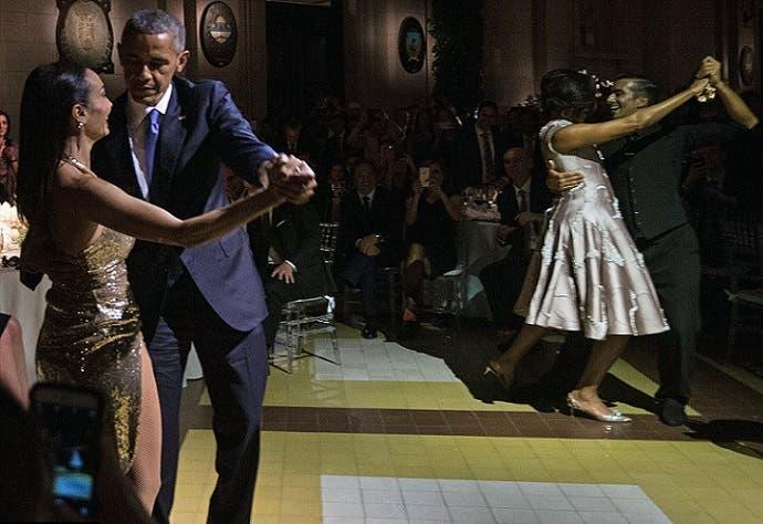 أوباما وزوجته، كل في زاوية مختلفة، يرقصان التانغو مع محترفين بالرقصة شاركا قبلها بعرض أثناء العشاء