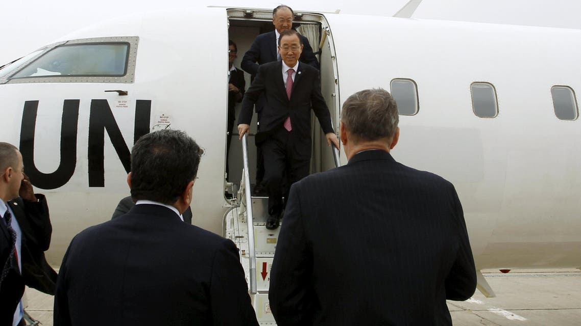 United Nations (UN) Secretary-General Ban Ki-moon (C) and World Bank President Jim Yong Kim walk after arriving at Baghdad International Airport, Iraq March 26, 2016. (Reuters)