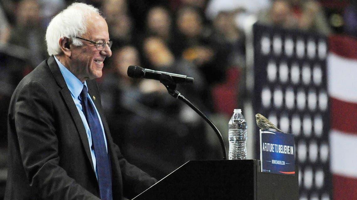 El precandidato presidencial demócrata, el senador Bernie Sanders, sonríe porque un pajarillo se posó en el podio cuando pronunciaba un discurso durante un acto de campaña en el Centro Moda en Portland, Oregon, el viernes 25 de marzo de 2016. (AP)