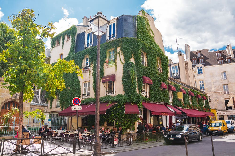 got 24 hours in paris how to discover the french capital on foot al arabiya english. Black Bedroom Furniture Sets. Home Design Ideas