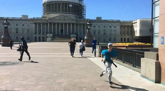 وراح الخائفون يتراكضون بحثا عن مكان آمن مما ظنوه عملية ارهابية استهدفت الكونغرس في واشنطن